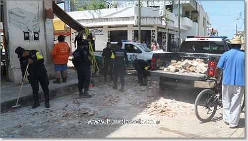 200 policías realizan labores de limpieza y vigilancia en Huixtla.