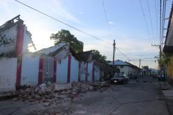Techos de casas antiguas fueron derribados por el Movimiento Telurico. Calle Allende Poniente.