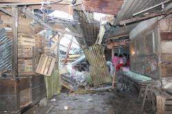 una casa de construccion antigua cae sobre un puesto en el mercado Miguel Hidalgo de Huixtla.