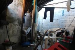 Barda del Estadio Anáhuac cae sobre humilde vivienda. causando daños.
