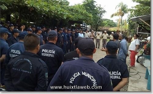Por falta de uniformes y apoyos de manifiestan policía municipales en Huixtla