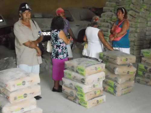 Reciben apoyos afectados por el sismo en Huixtla