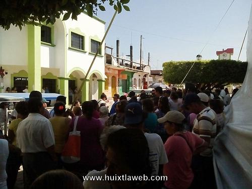 Por incumplimiento del ayuntamiento, damnificados se manifiestan en la presidencia de Huixtla