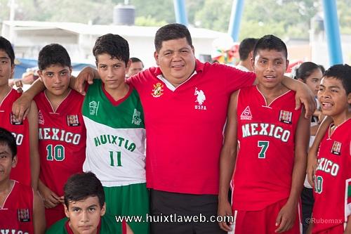 Niños Triquis se presentan en Huixtla