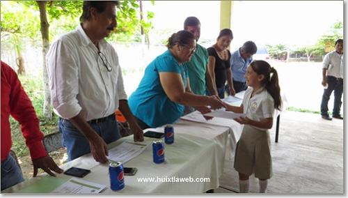 Ayuntamiento Huixtleco reconoce participación de alumnos en olimpiada del conocimiento
