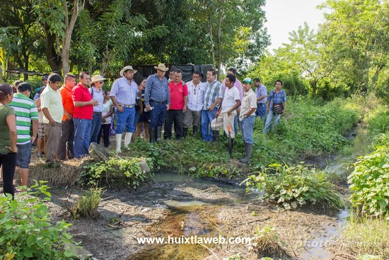 Recorre alcalde de Tuzantán  zona afectada por aguas negras en la zona baja