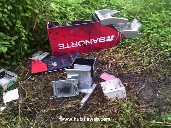 En un potrero localizan cajero automático de Banorte robado en Oxxo de Comaltitlán