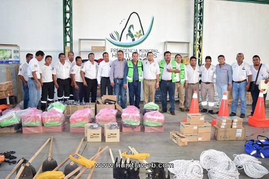 Ayuntamiento de Huixtla entrega equipamiento a elementos de protección civil