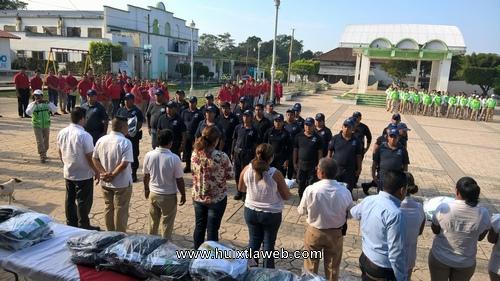 Dotan de uniformes a policías municipales de Tuzantán