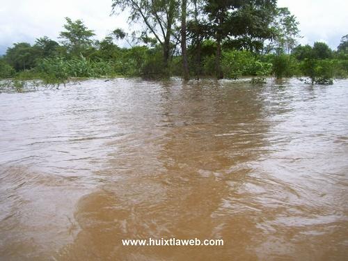 Más de 200 casas dañadas al desbordarse el río chalaca en Comaltitlán