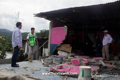 Recorre alcalde de Tuzantán comunidades dañadas por fuerte sismo