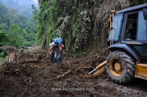 Rehabilitan caminos bloqueados por derrumbes