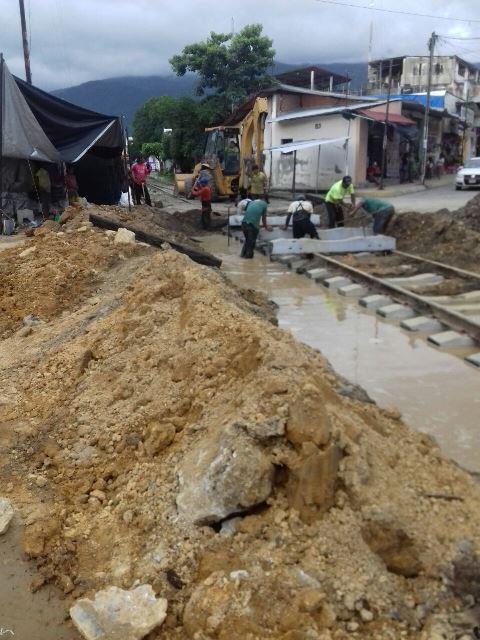 Empleados de ferrocarriles dañan tuberías de agua