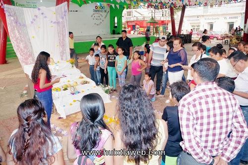 Realizan concurso de altares en villa Comaltitlán