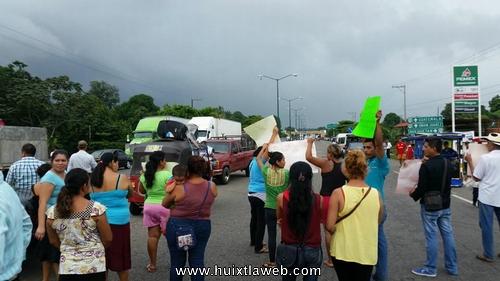 Huehuetecos bloquean carretera, reclaman justicia