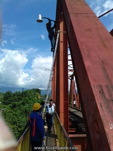Reparan alumbrado público en el puente del ferrocarril en Huixtla
