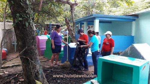 Personal del ayuntamiento y DIF realizan limpia del panteón municipal
