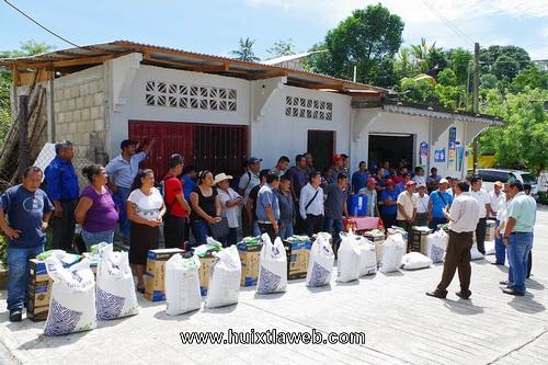 Entregan paquete productivo a cafeticultores de la zona alta de Comaltitlán