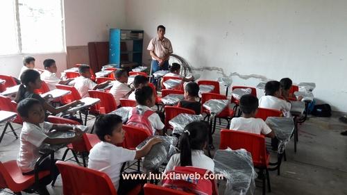 Entregan pupitres a escuela de Tuzantán