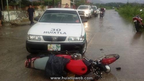 Dos lesionados al arrollar taxi a motociclistas en Vida Mejor