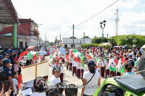 Encabeza ayuntamiento desfile del 20 de noviembre en Comaltitlán