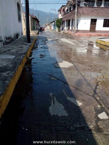 Cuadras llenas de aguas negras soportan huixtlecos ante inoperancia de Sapam