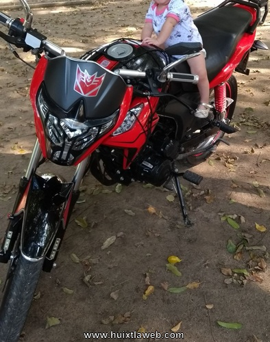 Cobradores arrebatan motocicleta a Huixtleco