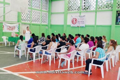 """Realizan curso-taller """"Nuestro derecho a ser protegidas de la violencia"""" en Comaltitlán"""