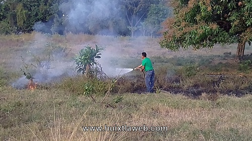 Protección Civil, controla Incendio de pastizales en Huixtla