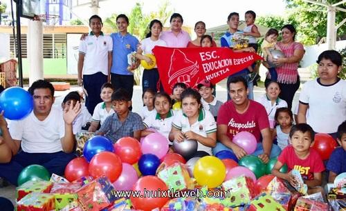 Entrega Judith Torres juguetes y material didáctico a niños del CAM 3 de Huixtla