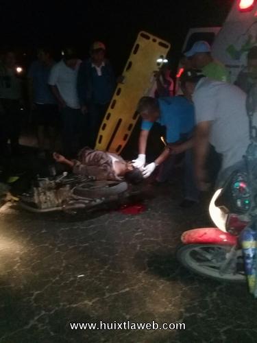 Grave motociclista al chocar contra carreta cargada de caña