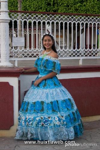Coronan a Cinthia I, reina de la feria patronal de Xochiltepec
