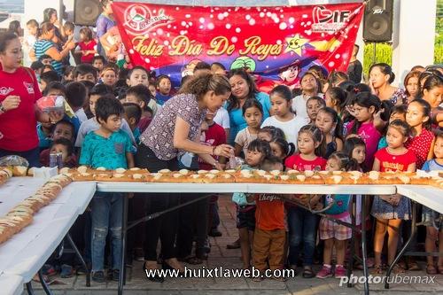 Juguetes y Rosca de reyes a niños en Tuzantán
