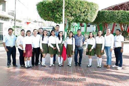 Conmemoran día de la bandera en Villa Comaltitlán