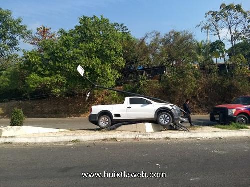 Abandonan vehículo al chocar contra un poste en Huixtla