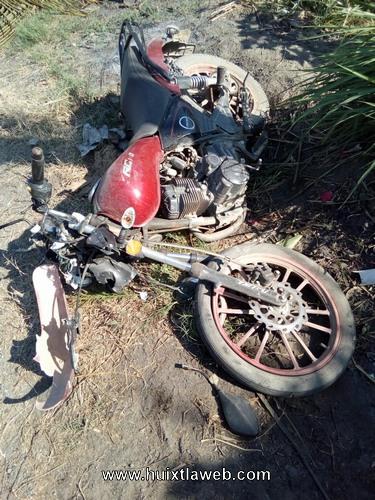 Mujer motociclista muere al chocar contra poste de la CFE en Mazatán