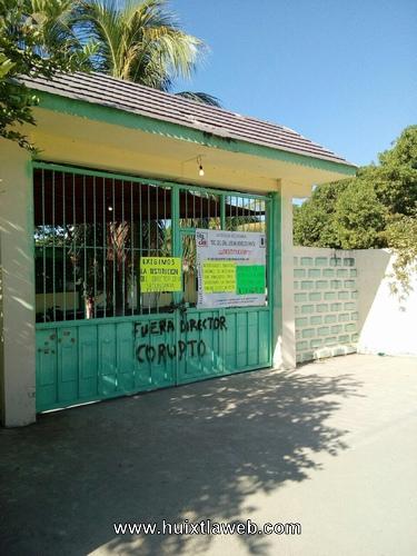 Padres de familia cierran escuela en Huehuetán