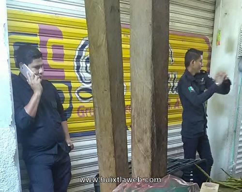 Policías de Huixtla solo están con el teléfono denuncian comerciantes del mercado