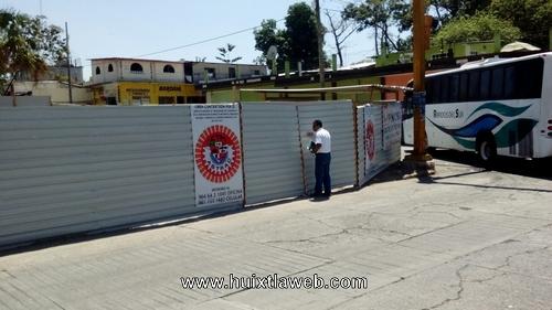 Se compromete empresa en liberar banqueta secuestrada en calle de Huixtla