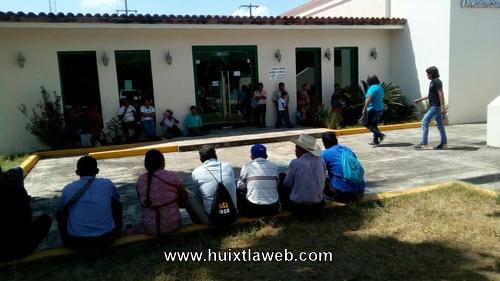 Comuneros de Huehuetán se manifiestan por altos cobros de la CFE