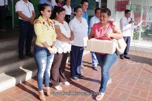 Ayuntamiento de Comaltitlán entrega material cultural a bibliotecas escolares