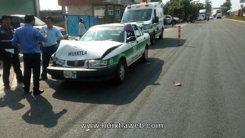 Taxi de Huixtla se impacta contra carro de la CFE