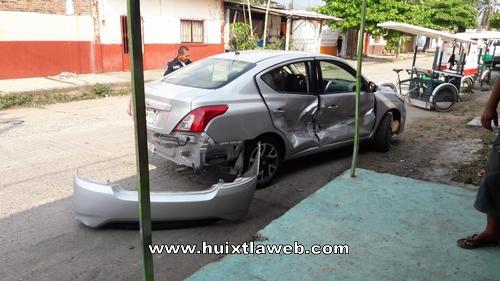 Un lesionado y daños al chocar vehículos en Huixtla