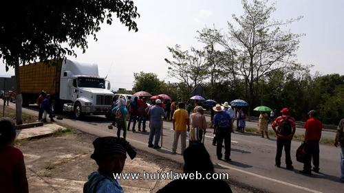 Comuneros bloquean carretera Huixtla a Villa Comaltitlán
