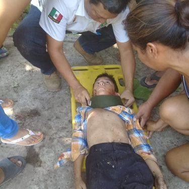 Niño de ocho años se lesiona al caer de un árbol en el parque de Huixtla