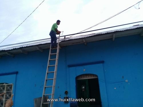 Corto circuito alarma a vecinos en el centro de Huixtla
