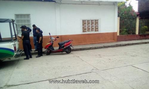 Localizan motoneta abandonada en calle de Huixtla