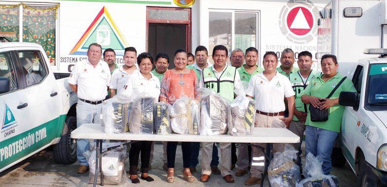 Entrega de uniformes y equipamiento a Protección Civil Municipal