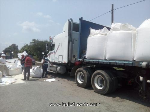 Caen dos toneladas de azúcar de tráiler del ingenio de Huixtla