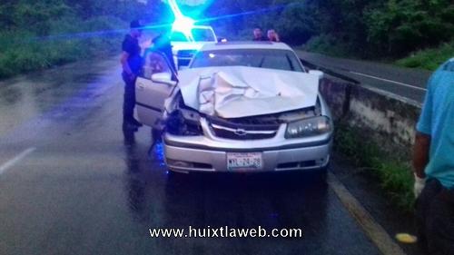 Tres heridos al chocar vehículo en el libramiento